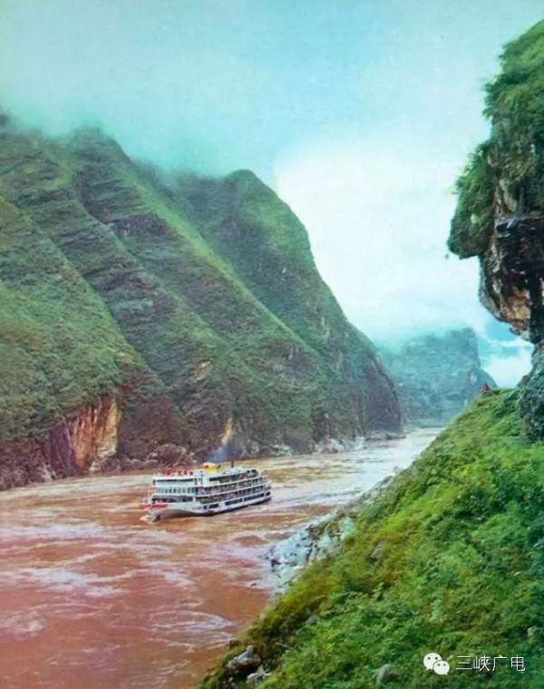 江汉客轮连续安全行驶50万公里以上船名录   笔者在此摘录1984年后与江汉系列客轮有关的大事如下。   1984年10月5日晚,前来武汉参加中日青年大联欢的日本青年735人,分别乘坐江汉15号轮与江汉16号轮,夜游长江。 &ens