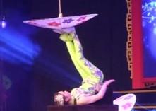 杂技表演有绝活 脚尖神韵伞之舞