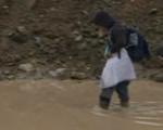 """秋雨后 879名小学生上学趟""""泥河"""""""
