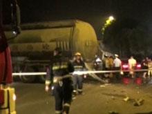 伍临路四车相撞 水泥罐车严重受损