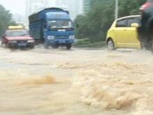 宜昌多处道路积水 交警雨中疏导