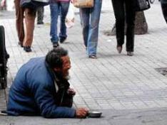 央视曝光职业乞丐:白天乞讨晚上喝酒