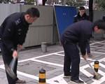 小区物业私占人行道 城管执法被威胁