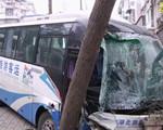 中巴车失控冲向人行道 撞墙撞树迫停