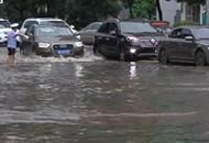 大雨洗城广场看海 未来两天迎强降水