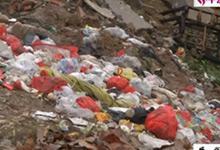 小区路口垃圾成堆臭气熏天 居民掩鼻通过