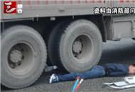 货车压住摩托车司机 消防用千斤顶救人