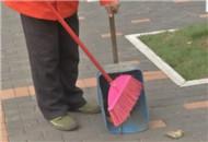 寒风起黄叶落 环卫工人清扫忙