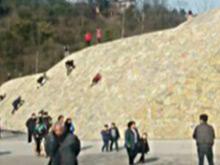 公园斜坡成攀岩场 孩子爬上爬下不知险