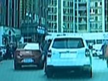 两车追尾协商未果 司机被拖行十多米