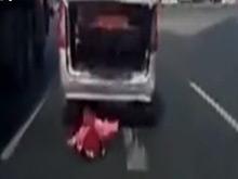 孩子从车内掉落 父母未察觉径直开车