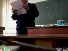 74岁教授看错课表旷课 当堂读检讨请处分