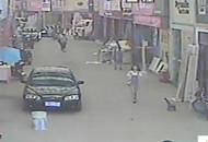 面孔:男童被卷车底 警民接力救人