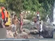 男孩游泳遇大水脚卡石头缝 挖掘机筑堤救援