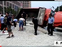 两车相撞货车发生侧翻 轿车遭碎石掩埋