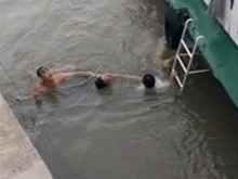 两男孩江边玩水遇险 一人获救一人身亡